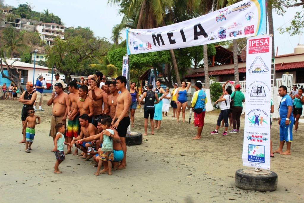 Nadadores Michoacanos dominan en la travesía a nado de la Bahía de Zihuatanejo