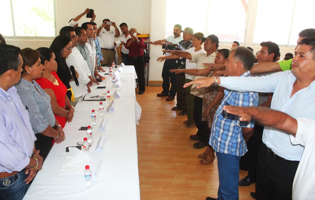 Rinden protesta comisarios municipales para periodo 2016-2017 secretario de la comuna les ofrece todo el apoyo del alcalde GGB