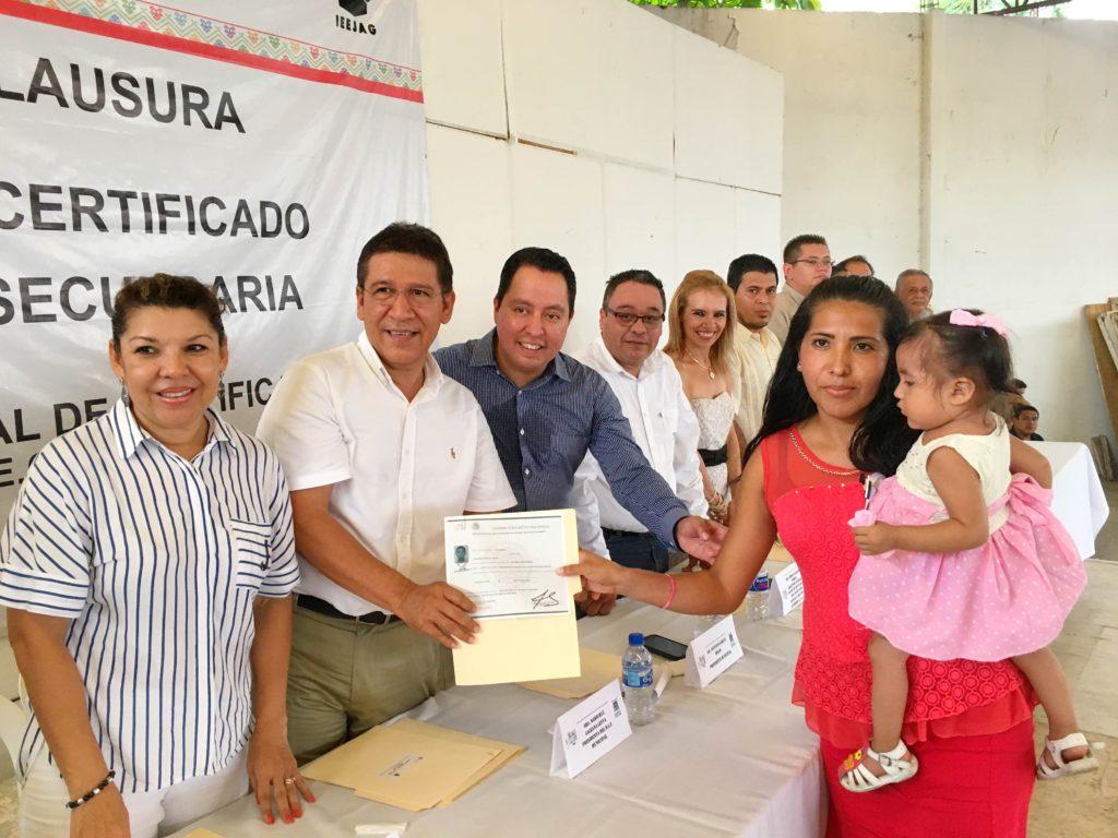 Alcalde GGB asiste a entrega de certificados del IEEJAG