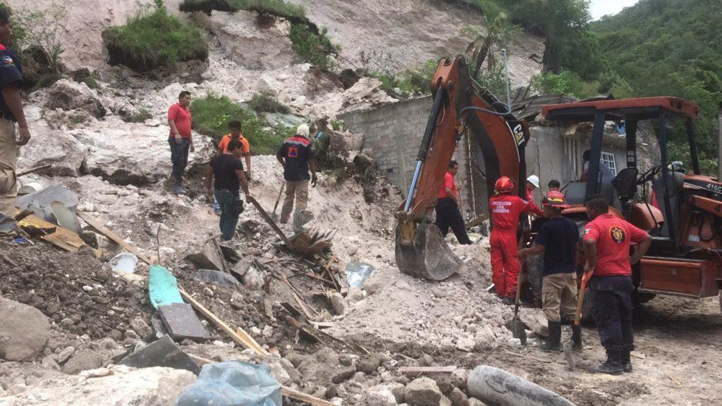 Una persona sepultada por desgajamiento de un cerro sobre su vivienda