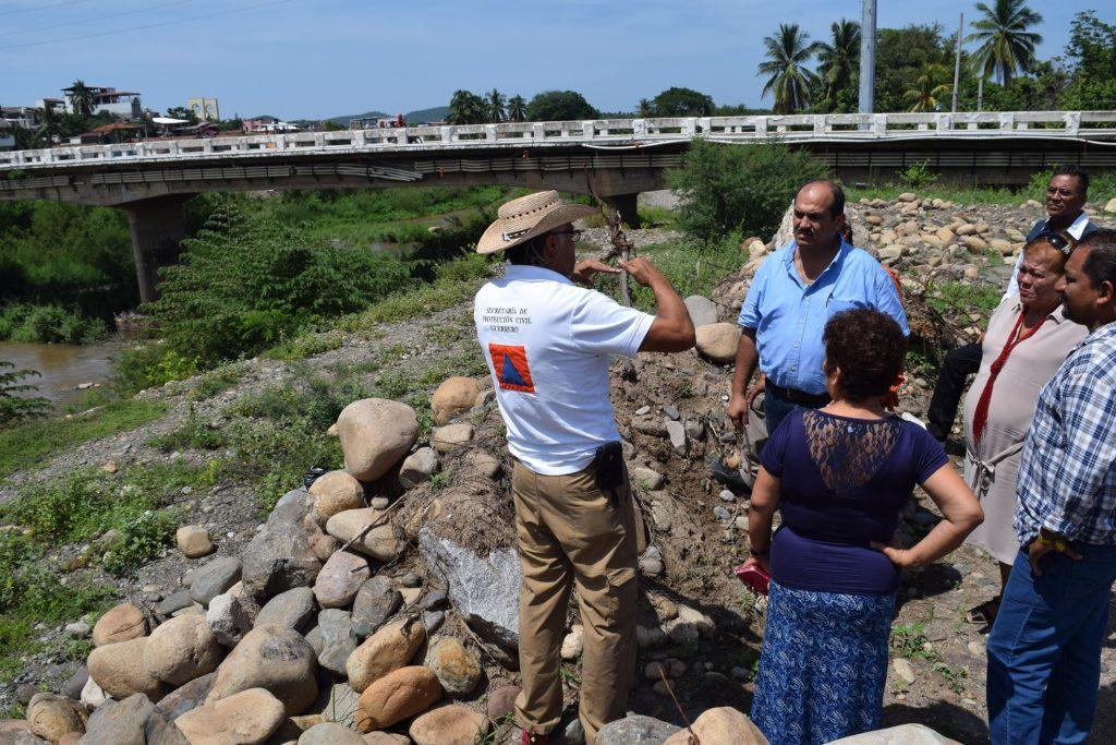 Protección Civil Estatal y el presidente Arturo Gómez realizan supervisión del dragado del río de Petatlán