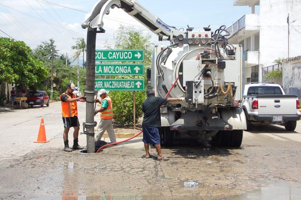 En Petatlán realizan campaña de desazolve de drenajes sanitarios