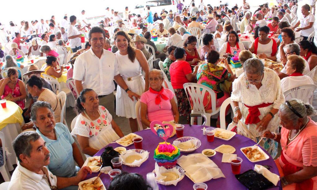 Ayuntamiento y DIF Municipal festejan a más de mil 500 abuelos
