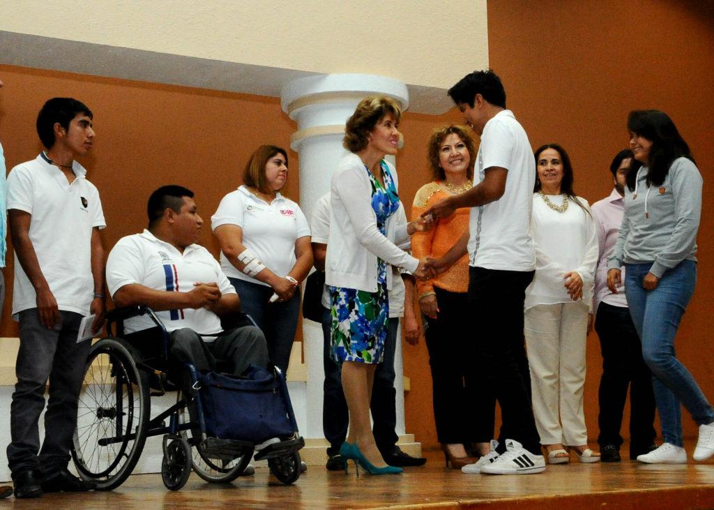 Entrega Mercedes calvo tarjetas del programa becas sociales en Chilpancingo