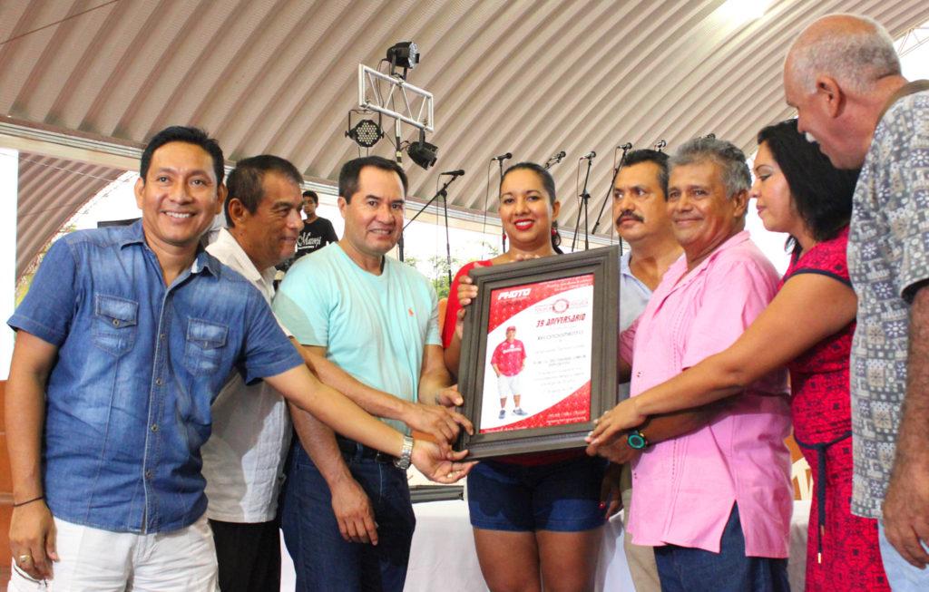 Autoridades municipales reconocer a deportistas
