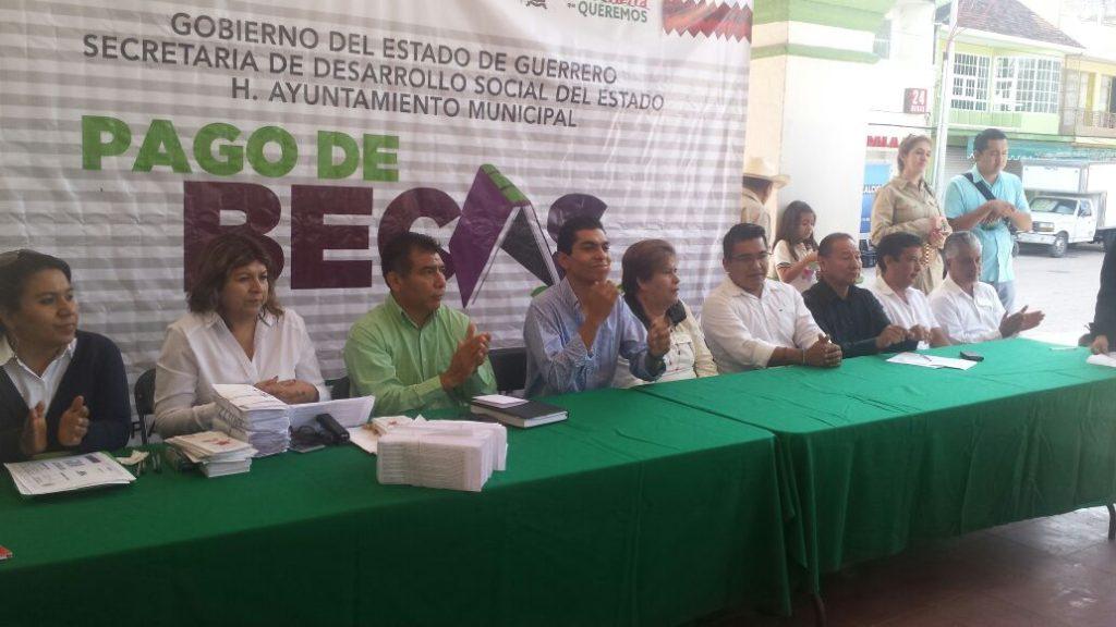 Inicia pago de becas del gobierno del estado en la región centro