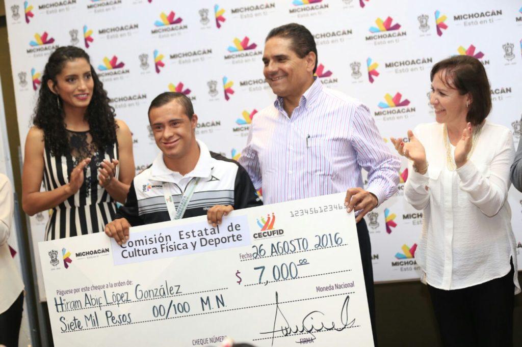 Entrega Gobernador incentivos económicos a deportistas michoacanos