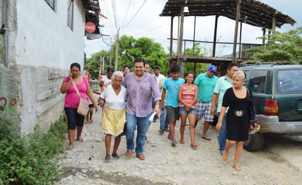 Jorge Sánchez recorre asentamientos humanos