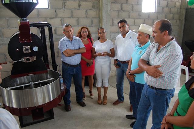 Entrega apoyos a cafetaleros el delegado de Sagarpa en compañía del presidente de Arturo Gómez.
