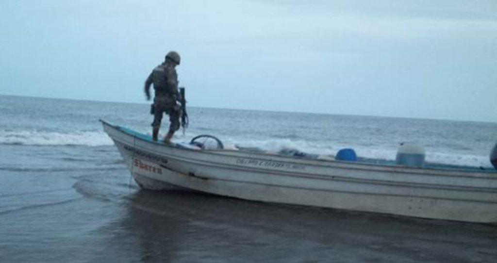 Elementos de la Semar aseguran embarcación presuntamente utilizada por narcotraficantes