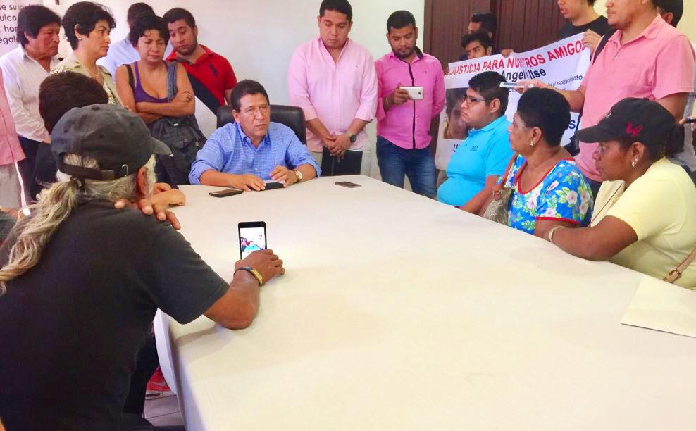 Alcalde Gustavo García Bello se solidariza con familiares de jóvenes detenidos.
