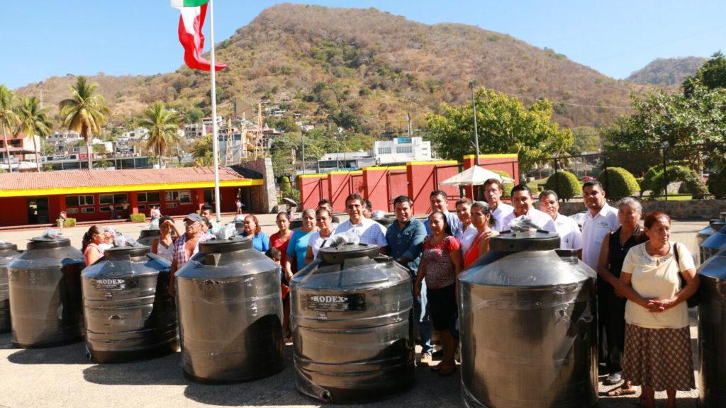 Familias de Zihuatanejo beneficiadas con la entrega de tinacos por parte del Gobierno municipal.