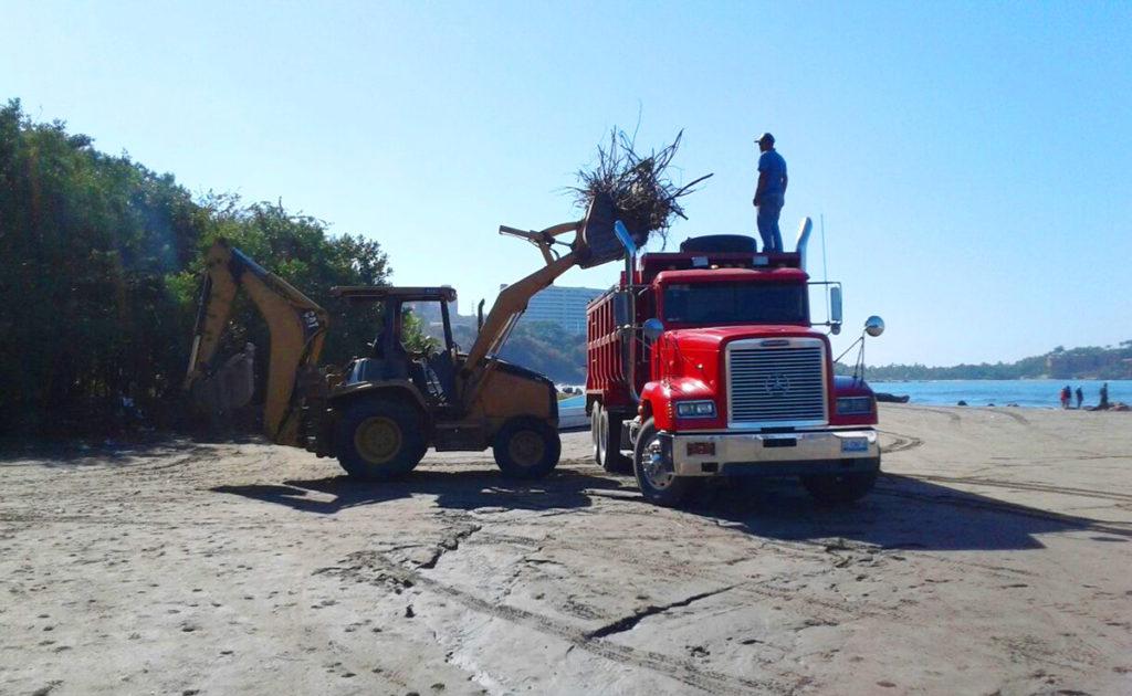 Gobierno municipal continúa con campañas de limpieza en playas.