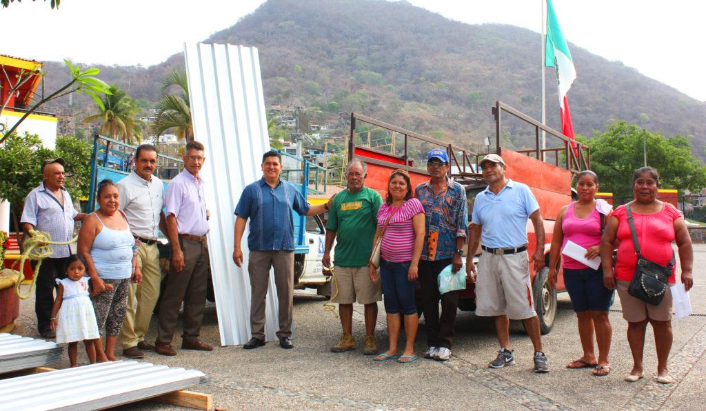 Familias de Zihuatanejo agradecen apoyo del gobierno de Gustavo García Bello con lámina subsidiada