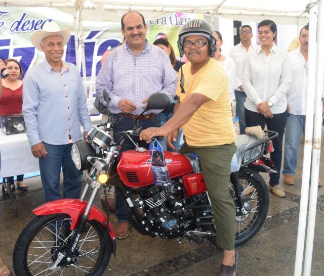 El gobierno municipal de Petatlán rifa una moto festejando el día del padre del municipio