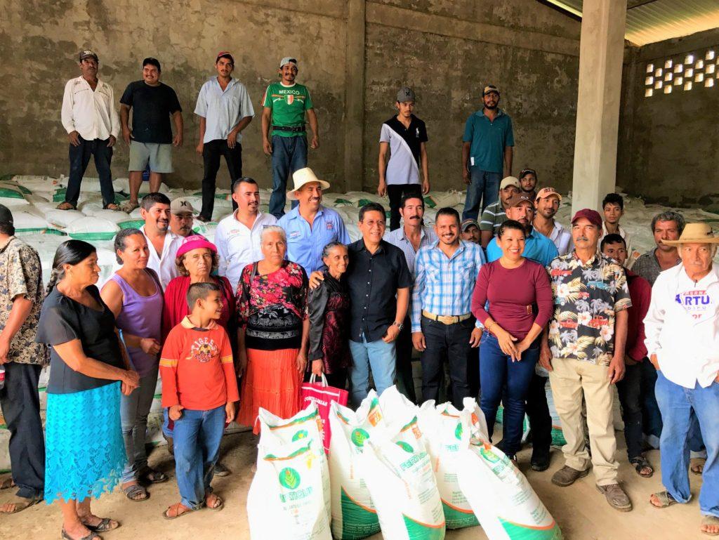 Alcalde Gustavo García Bello entregó fertilizante a productores de Real de Guadalupe