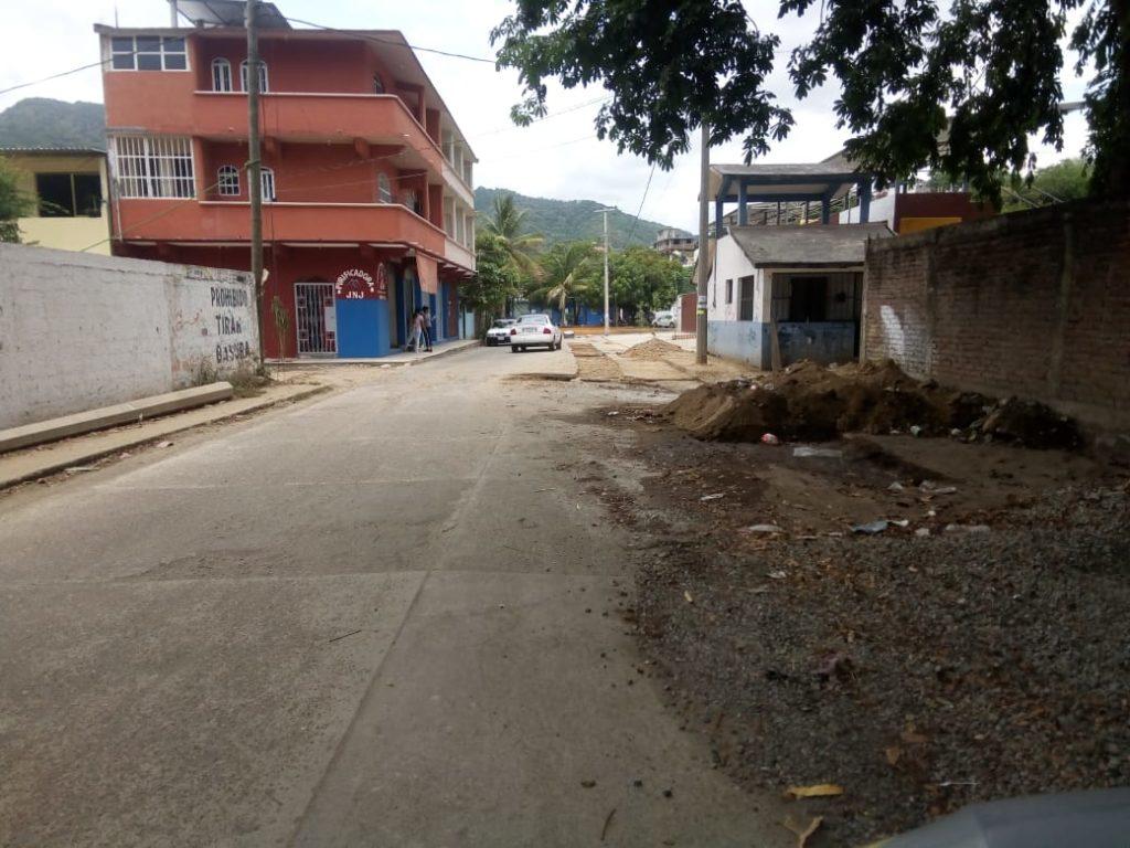 Obra de drenaje pluvial frente a unidad deportiva de Darío Galeana causa embotellamiento y peligro a peatones, denuncian