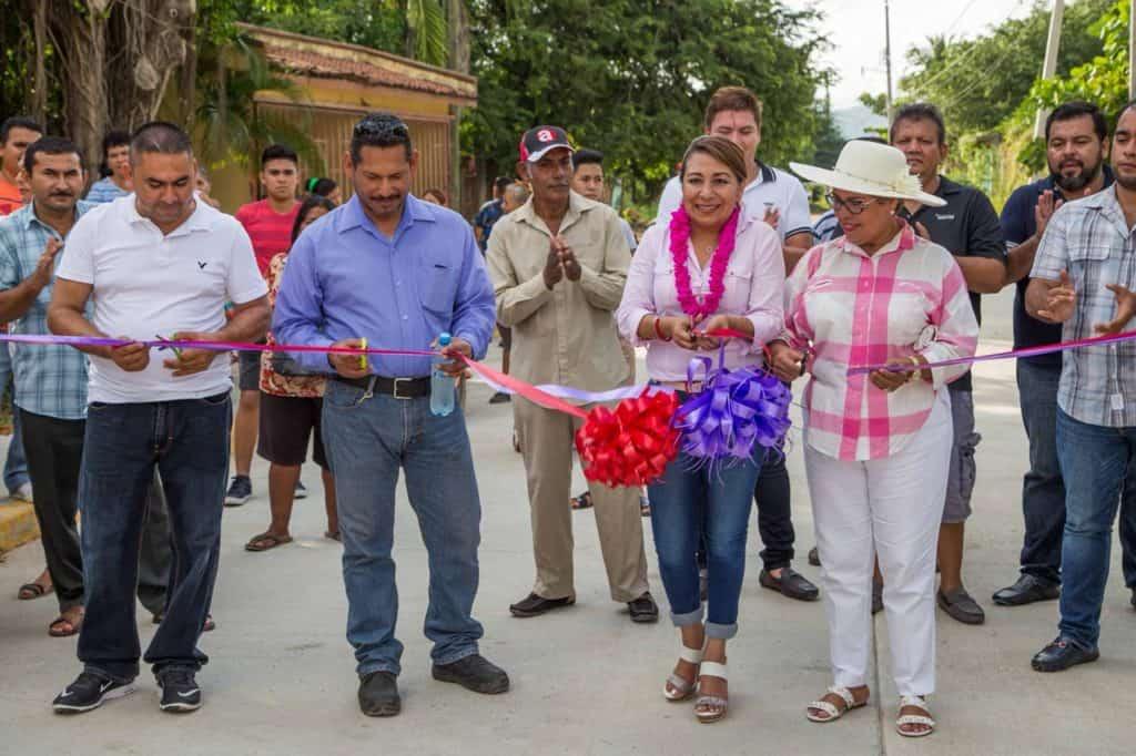 Inaugura la diputada federal del Distrito 03 Maricarmen Cabrera calle Francisco Mina en San Jeronimito