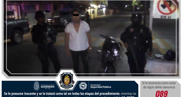 """POLICÍAS ESTATALES ASEGURARON EN ZIHUATANEJO A DOS MASCULINOS, UNO DE ELLOS MENOR DE EDAD, POR POSESIÓN DE PROBABLE """"CRISTAL"""" Y UNA MOTOCICLETA CON REPORTE DE ROBO CON VIOLENCIA"""