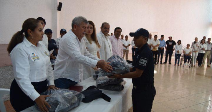 ALCALDE ESTEBAN CÁRDENAS HACE ENTREGA DE UNIFORMES A ELEMENTOS DE LA POLICÍA MUNICIPAL, TRANSITOS Y BOMBEROS.