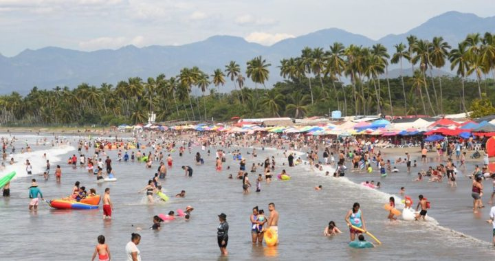 Miles de turistas disfrutan Ixtapa-Zihuatanejo