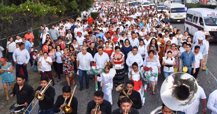 Cientos de trabajadores del Ayuntamiento de Zihuatanejo participan en peregrinación en honor a la virgen