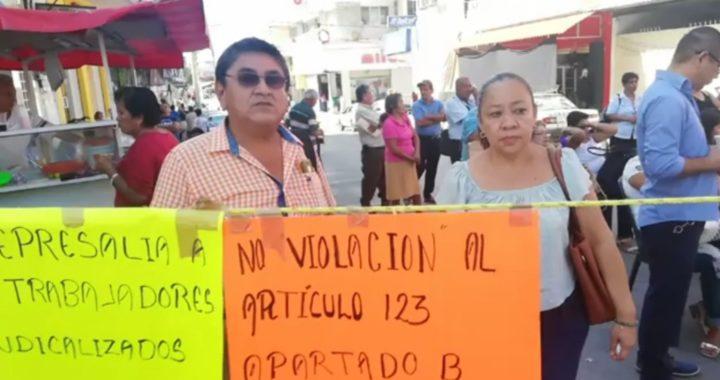 Protestan trabajadores afiliados al SUSPEG en el ayuntamiento de Atoyac
