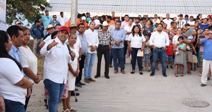 Presidente Jorge Sánchez Allec inaugura electrificación en colonia de Los Almendros