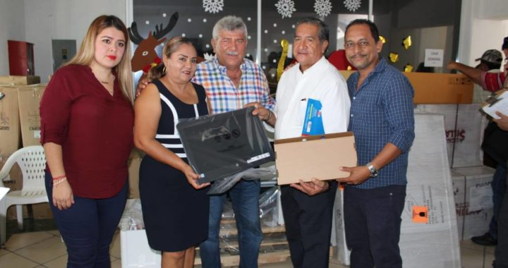 ENTREGA ESTEBAN CÁRDENAS EQUIPO PARA LAS DIFERENTES ÁREAS DE LA ADMINISTRACIÓN MUNICIPAL DE PETATLÁN.