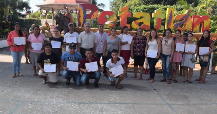 ENTREGAN EL IEEJAG 30 CERTIFICADOS DE PRIMARIA Y SECUNDARIA A BENEFICIARIOS DE PETATLÁN.
