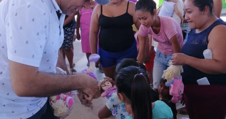 Lleva alegría Paco Solís a niños de Tecpan de Galeana en el Día de los Reyes