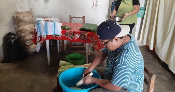 Se preparan cocineros de Tecpan para elaborar los tamales de la Candelaria
