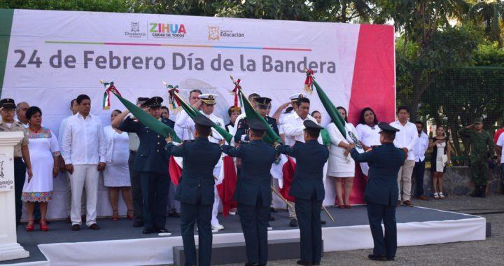 Gobierno de Zihuatanejo y autoridades militares conmemoran Día de la Bandera