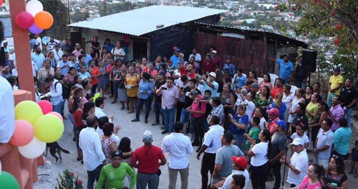 Presidente Jorge Sánchez Allec inaugura dos andadores en colonias de Zihuatanejo