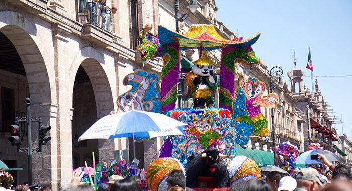Martes de carnaval: comunidades y Morelia festejan tradición centenaria con Toritos de Petate