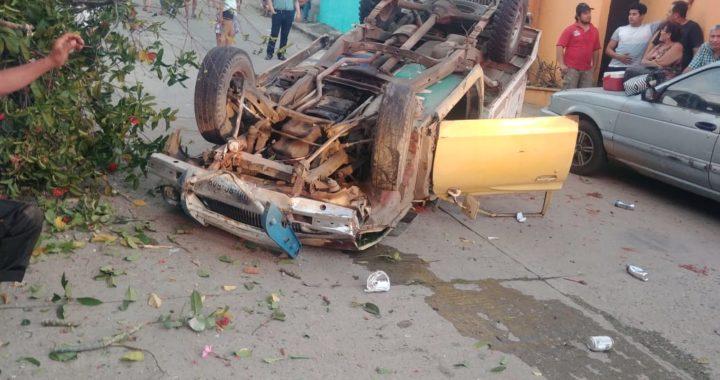 Camioneta se queda sin frenos y sufre volcadura en Tecpan