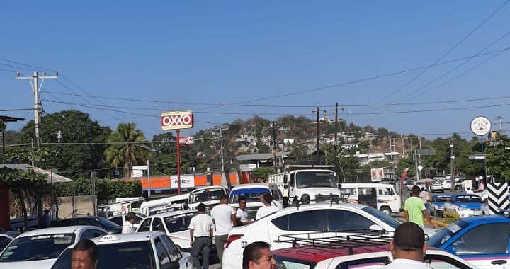 Bloquean transportistas de la UTREG carretera en San Jerónimo; exigen al alcalde respetar sitios y anuncian protestas en inicio de la feria