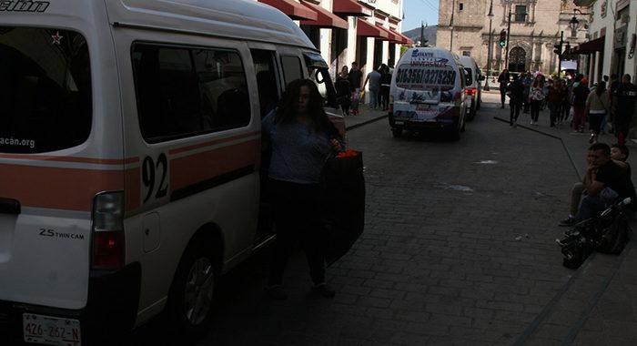 Transportistas violan leyes de tránsito y levantan pasaje en paradas prohibidas en Morelia