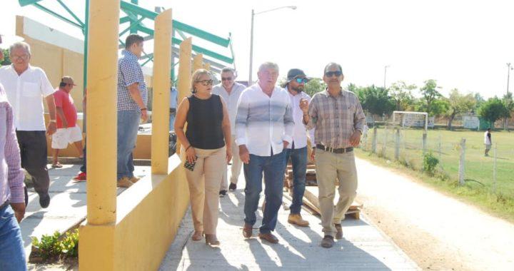 """SUPERVISA ESTEBAN CÁRDENAS SANTANA, LOS TRABAJOS DE REMODELACIÓN DE LA """"UNIDAD DEPORTIVA"""" DE PETATLÁN."""