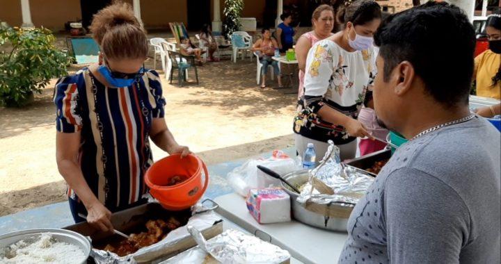 Entegan alimentos calientes funcionarios del ayuntamiento de Tecpan a pobladores del Carrizal y La Zarza