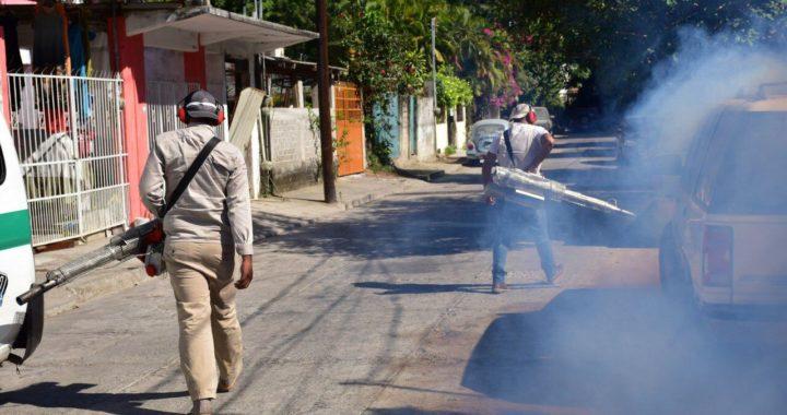 Gobierno de Zihuatanejo nebuliza colonias con la campaña Dale Vuelta al Mosquito