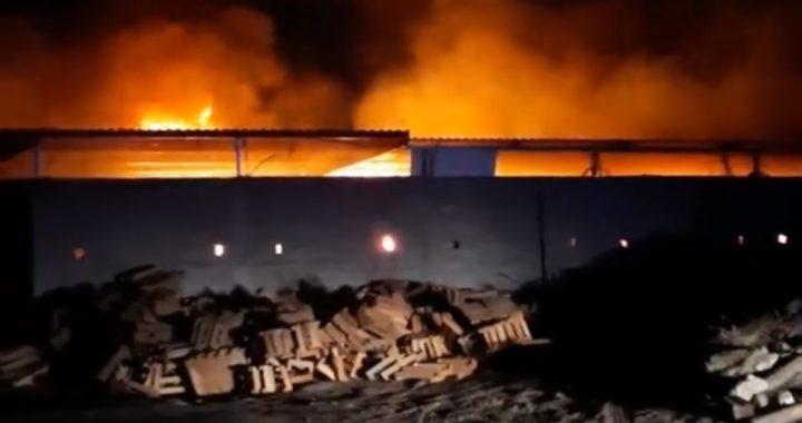 Incendio consume taller de elaboración de cajas de madera en zona industrial de Tecpan