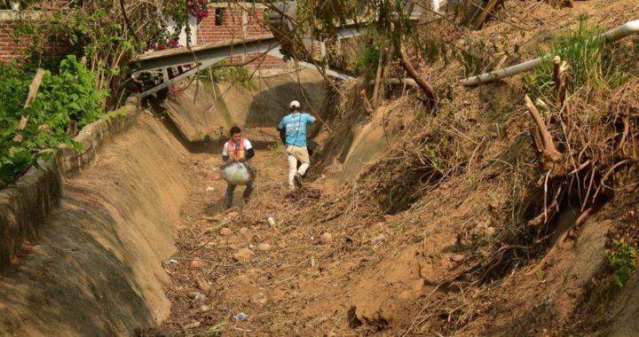 Gobierno municipal realiza limpieza en canales en Zihuatanejo, previo a temporada de lluvias