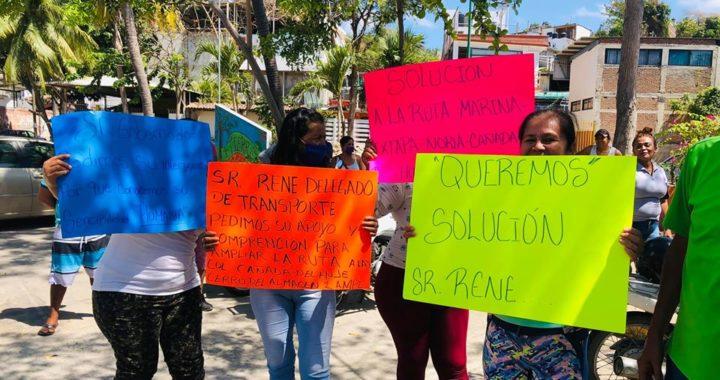 Habitantes de tres colonias de Zihuatanejo protestan por retiro de ruta de transporte