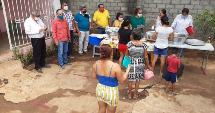 Entregan apoyos alimenticios la síndica, regidores y secretario general del ayuntamiento de Tecpan a vecinos de la Vista Hermosa