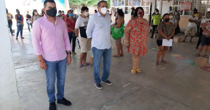 Entregan Yasir y Paco Solís apoyos alimenticios a padres de familia del kinder Emperador Moctezuma