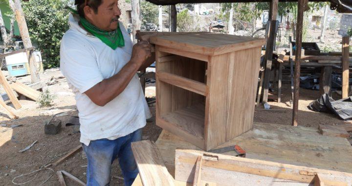 Sin recibir apoyo del gobierno, siguen adelante carpinteros del Súchil