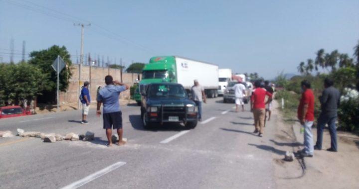 Bloquean la carretera federal Acapulco-Zihuatanejo; pescadores del municipio de Atoyac exigen apoyos