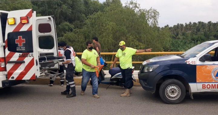 Convulsiona trabajador del ayuntamiento de Tecpan y cae sobre la carretera