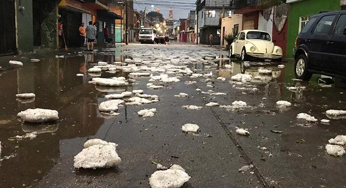 Autos bajo el agua, anegaciones en colonias y calles convertidas en ríos son los daños que dejó la tromba en Morelia